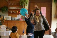010_Spielende_Kinder_mit_Luftballon